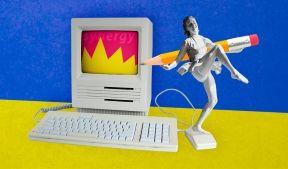 На фото изображен компьютер и танцовщица